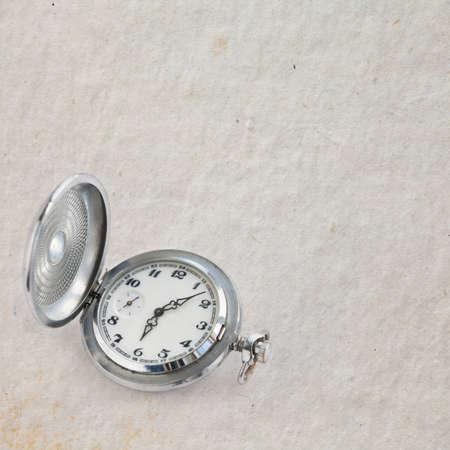 punctuality: La puntualidad, el concepto de fiabilidad. Reloj de los hombres retros del estilo con el cron�metro. Metal, plata, vista, viejo fondo de papel, copia espacio.