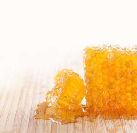 abejas panal: sabroso panal en la mesa de madera.