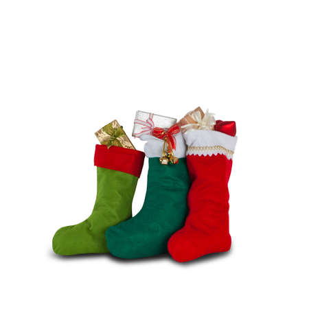 calcetines: calcetines de navidad de colores. color rojo oscuro verde. regalos de la Navidad, decoraci�n elemento aislado fondo blanco Foto de archivo