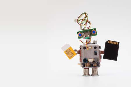 concepto retro robot del estilo con la tarjeta SIM de color amarillo y negro microchip. Circuitos mecanismo de toma de juguete, la cabeza divertido, ojos azules colores. Copiar texto Foto de archivo