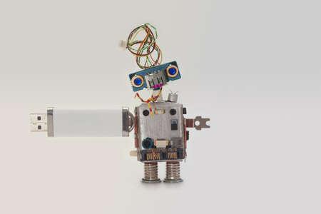 Robot met usb flash opslag stick. Gegevens opslaan concept, abstracte computer karakter blauwe ogen hoofd, elektrische draad kapsel. Kopieer de ruimte, helling achtergrond