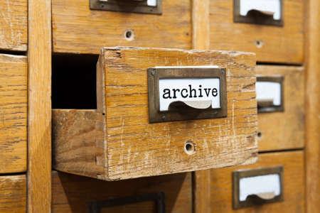 Archivo fotográfico concepto de sistema. Abierto una caja de almacenamiento de archivos, la presentación interior del armario. cajas de madera con fichas. gestión de la información del servicio de biblioteca. Foto de archivo