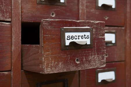 ficheros de claves concepto de imagen. Abierto una caja de almacenamiento de archivos, la presentación interior del armario. cajas de madera con fichas. gestión de la información del servicio de biblioteca. campo profundidad