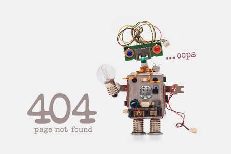 Oeps 404-foutpagina niet gevonden. Futuristisch robotconcept met elektrisch draadkapsel. Circuits socket chip speelgoedmechanisme, grappige kop, gekleurde ogen, gloeilamp in de hand. beige achtergrond