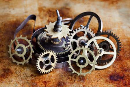 dientes sucios: Conjunto de colección de ruedas de engranajes engranajes vintage. Mecanismo de relojería envejecido partes vista macro. Diferentes dientes dentados dientes formas de objetos con textura de la superficie metálica. Poca profundidad de campo foto. Foto de archivo