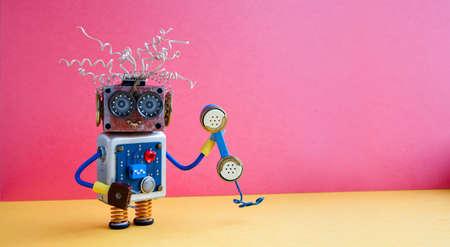 고객 서비스 콜 센터 운영자 개념입니다. 노란색 분홍색 배경에 복고 스타일이 적용 된 전화 친절한 로봇 도우미. 공간 사진을 복사합니다. 스톡 콘텐츠