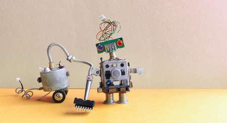 Robot stofzuiger machine. Roomservice concept. Creatief ontwerp speelgoed cyborg schoonmaak vloer. Grijze muur gele achtergrond. Kopieer ruimtefotografie. Stockfoto