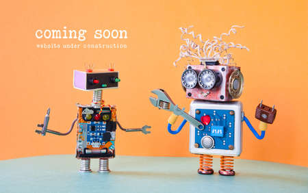 Site Web en cours de construction Coming Soon page de modèle. Entretien des robots de service avec un tournevis à clé ajustable. fond orange.