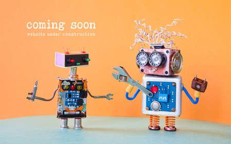 Sitio web en construcción Página de plantilla próximamente. Servicio de mantenimiento de robots con destornillador de llave ajustable. fondo naranja