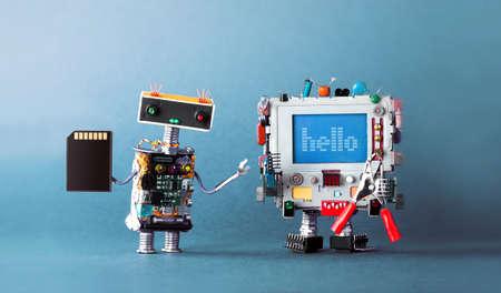 赤いペンチで、コンピュータアンドロイドメッセージこんにちは。フラッシュカードを手にしたロボットメカニック。青い背景。 写真素材