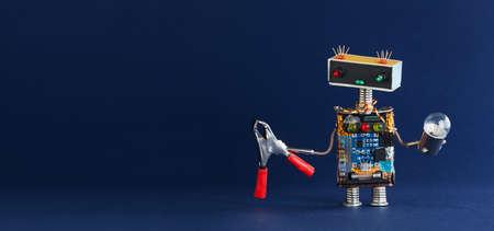 Ampoule de pince rouge militaire robot sur fond bleu foncé, espace copie.