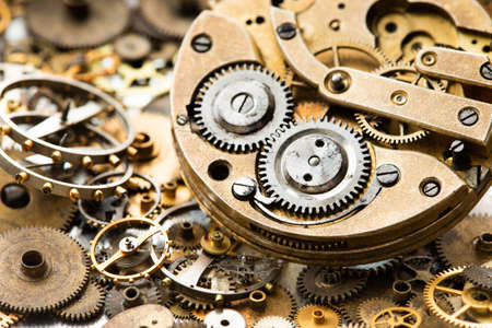 Vintage zegarek kieszonkowy mechanizm zegarowy części i widok makro zegarka ręcznego. zardzewiały grunge teksturowanej tło metalowe koła zębate. Mała głębia ostrości.