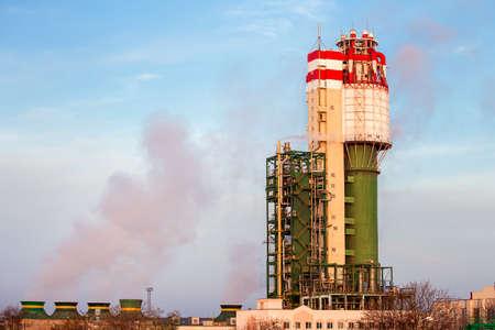 amoniaco: Fábrica de químicos. Planta para la producción de amoníaco y la fertilización nitrogenada. El vapor de agua del sistema de refrigeración.