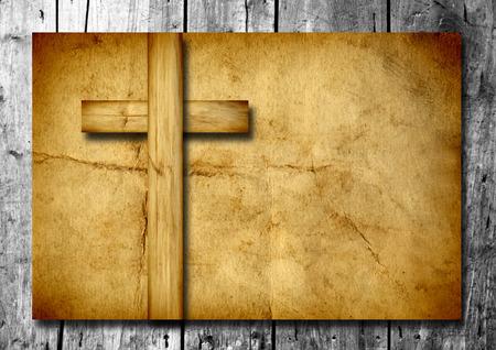 simbolos religiosos: Cruz cristiana de época antigua papel sobre fondo de pared de madera