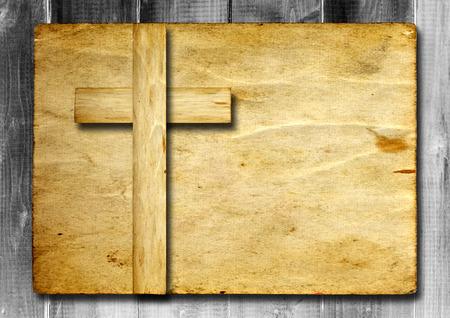 cruz de jesus: Cruz cristiana de �poca antigua papel sobre fondo de pared de madera