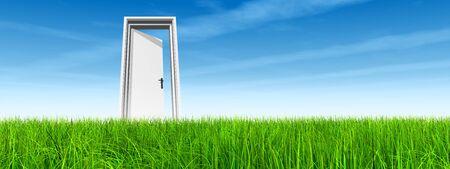 cielos abiertos: Puerta blanca en la hierba verde con la bandera fondo del cielo