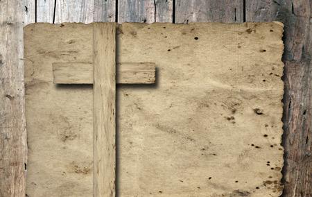 holy  symbol: Cruz cristiana de época antigua papel sobre fondo de pared de madera