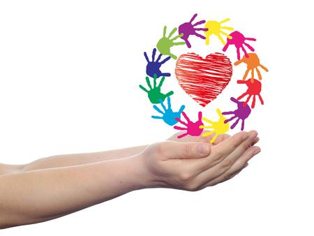 Conceptuele cirkel of spiraal gemaakt van geschilderde menselijke handen met rood hart liefde of de gezondheid symbool Stockfoto