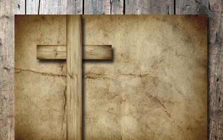 Cruz cristiana de época antigua papel sobre fondo de pared de madera