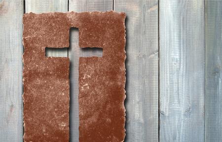 Stare zabytkowe Krzyż papieru na tle ściany z drewna