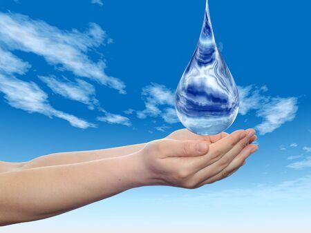 Koncepcyjne niebieski kropla wody spada w ręce na niebieskim tle nieba