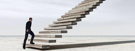 コンセプト概念 3 D ビジネス男歩いたり、空雲のバナーと背景の階段を登る