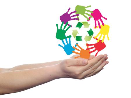 niños reciclando: círculo conceptual o de caracol hecha de manos humanas pintadas con el símbolo de reciclaje verde Foto de archivo