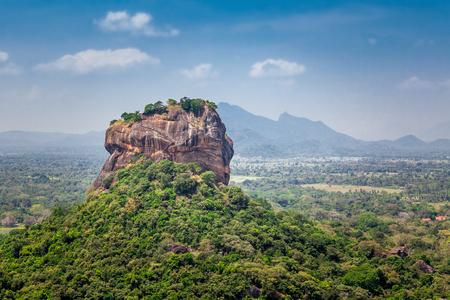 Spektakuläre Aussicht auf den Sigiriya Lion Rock, umgeben von grüner Vegetation. Foto gemacht vom Pidurangala Berg in Dambula, Sri Lanka.