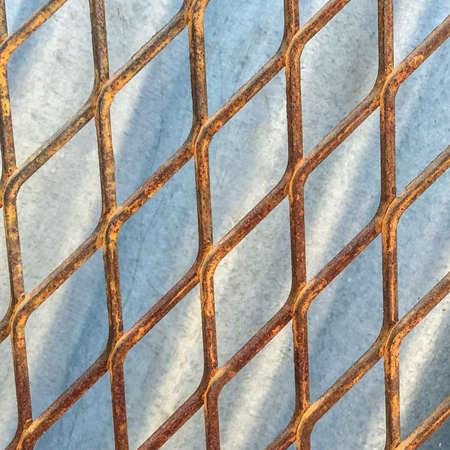 malla metalica: cerca de malla de metal de edad contra el fondo de zinc