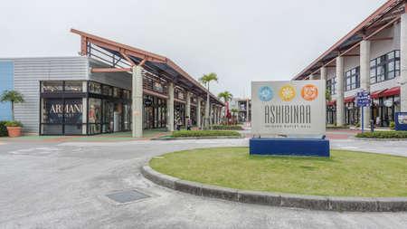 adentro y afuera: OKINAWA, JAPÓN - 20 de abril de 2017: Ashibina Outlet Mall en Okinawa, Japón. Ashibina es el primer centro comercial de Okinawa, con 70 marcas mundiales reunidas en un solo lugar.