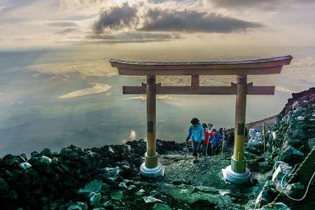 富士山、山梨県 - 2017 年 7 月 25 日: 富士の山の頂上に鳥居。富士山 3,776 m、日本の象徴で日本で最も高い山です。