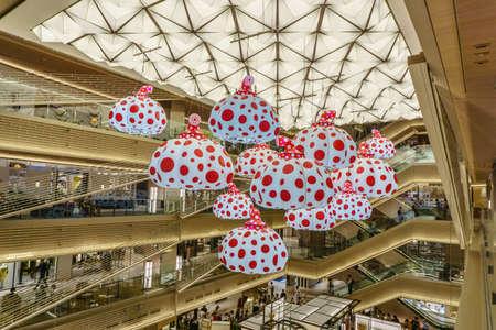 東京、日本 - 2017 年 7 月 26 日: 草間彌生のかぼちゃのモデルは、Ginzasix ショッピング センターの天井からハングします。 報道画像