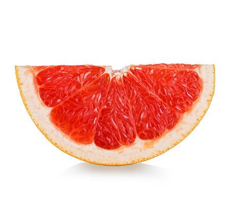 toronja: rodaja de pomelo aislado en el fondo blanco