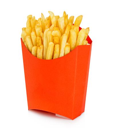 papas: Patatas papas fritas en una caja de cartón de color rojo aisladas sobre un fondo blanco. Comida rápida.