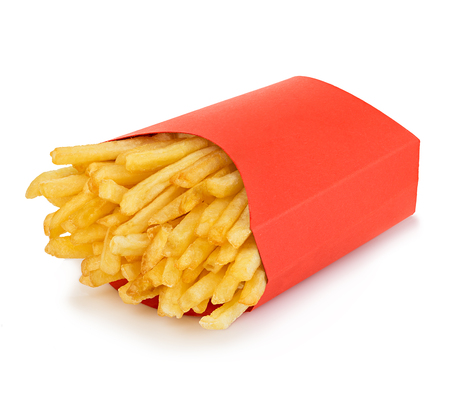 Aardappelen friet in een rode kartonnen doos geïsoleerd op een witte achtergrond. Fast food.