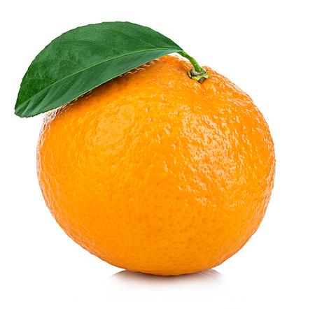 Rijpe mandarin met bladclose-up op een witte achtergrond. Mandarijnsinaasappel met blad op een witte achtergrond.
