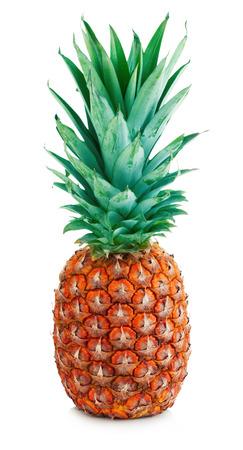 Rijpe hele smakelijke ananas close-up die op een witte achtergrond.