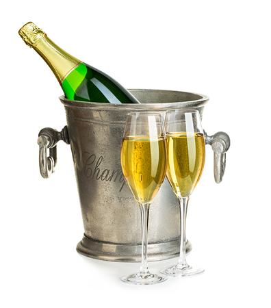brindisi spumante: Bottiglia di champagne in un secchio di ghiaccio con bicchieri di champagne close-up isolato su uno sfondo bianco. Festive natura morta.