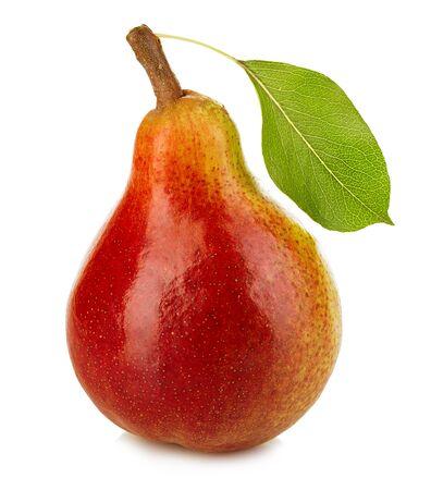pear: Pera madura con la hoja de cerca aisladas sobre un fondo blanco