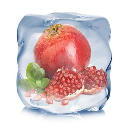 白い背景に分離されたアイス キューブのクローズ アップで冷凍の葉ザクロ。