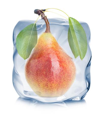 白い背景に分離されたアイス キューブのクローズ アップで冷凍ナシ。 写真素材