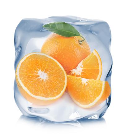 白い背景に分離されたアイス キューブのクローズ アップで冷凍スライスとオレンジ。 写真素材