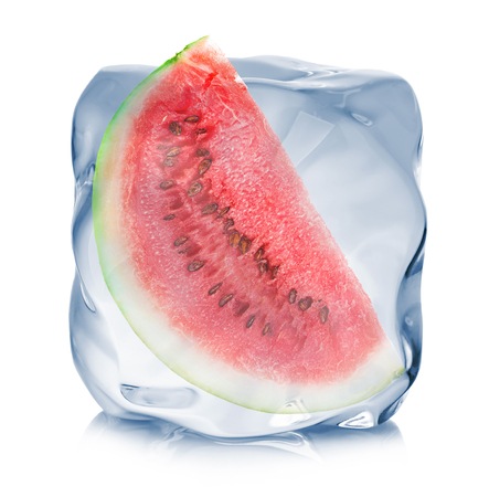白い背景に分離されたアイス キューブのクローズ アップで冷凍スイカのスライス。 写真素材