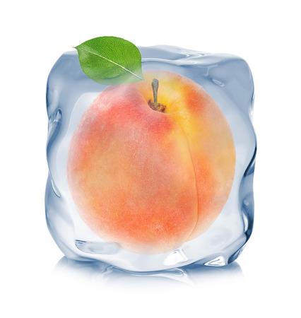 白い背景に分離されたアイス キューブのクローズ アップで冷凍アプリコット。