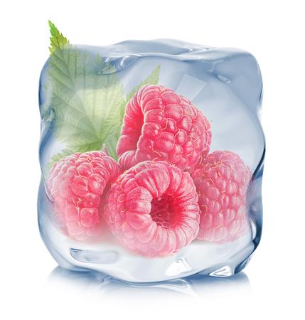 白い背景に分離されたアイス キューブのクローズ アップで冷凍ラズベリー。 写真素材