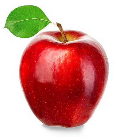 Manzana roja madura aislada sobre fondo blanco.