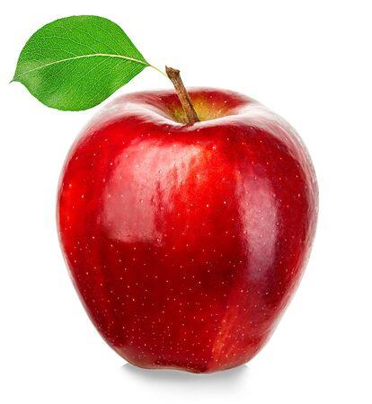 Pomme rouge mûre isolée sur fond blanc.