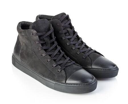 Par de nuevas zapatillas negras aisladas sobre fondo blanco. Foto de archivo