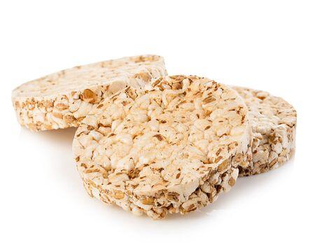 Primer plano de panes crujientes de grano aislado en un fondo blanco. Concepto de fitness. Foto de archivo