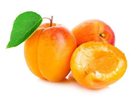Frische Aprikosen mit der Blattnahaufnahme lokalisiert auf einem weißen Hintergrund.